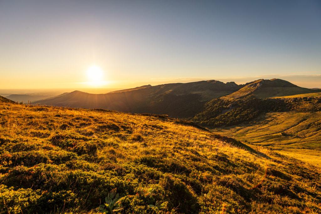 Coucher de soleil sur la vallée de l'Aspre et le Puy Violent depuis Roche Taillade