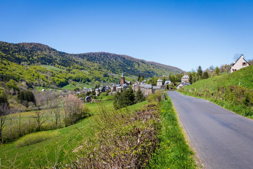Vue sur la village du Falgoux sur le Grand Site de France Puy Mary - Volcan du Cantal