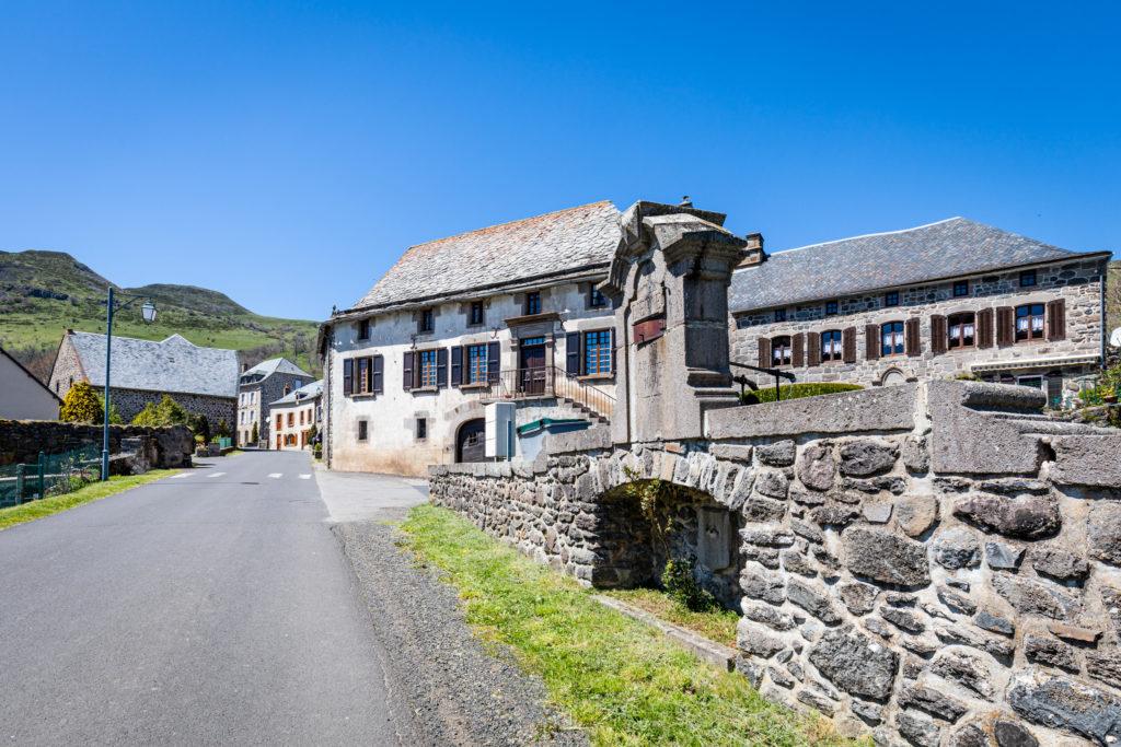 Photo du village de Dienne dans le Cantal sur le Grand Site de France Puy Mary - Volcan du Cantal