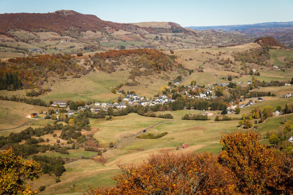 Vue sur la vallée de la petite rhue et Le Claux