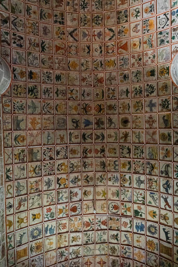 Plafond à caissons de bois de l'église Saint-Léger de Cheylade