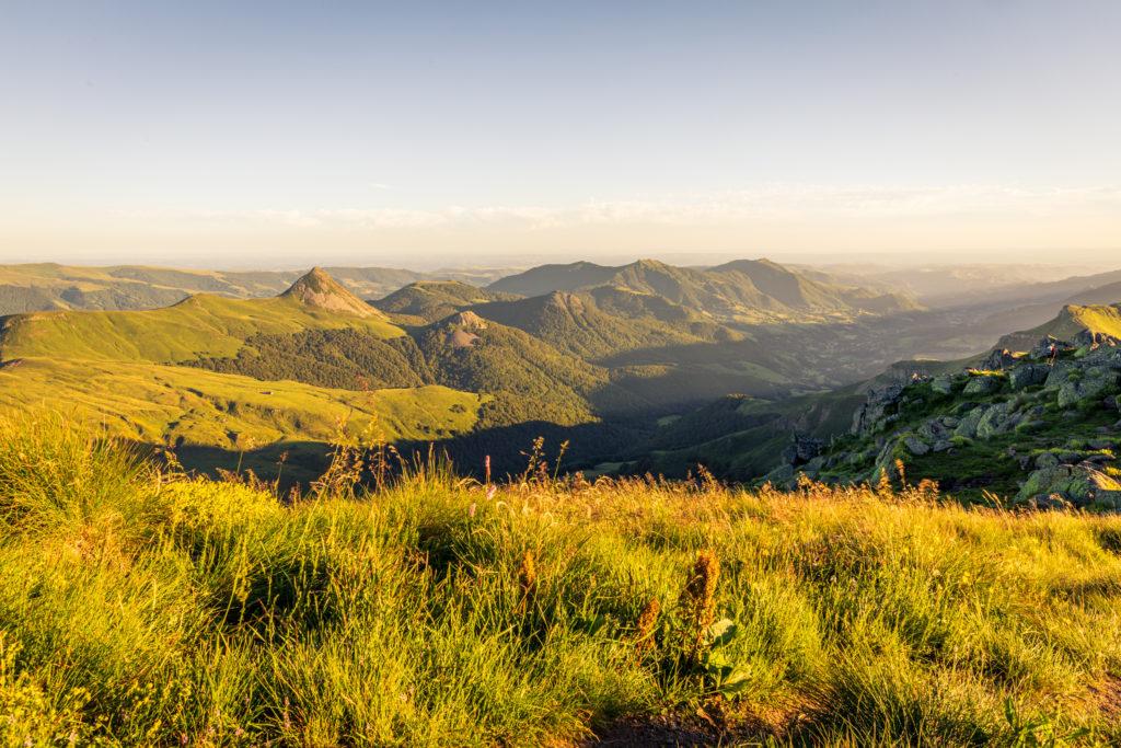 Soleil couchant sur la vallée de la Jordanne depuis le Puy de Peyre-Arse, avec (de gauche à droite) Le Puy Griou, le Griounou, le Puy de l'Usclade, l'Elancèze, le Corpou Sauvage