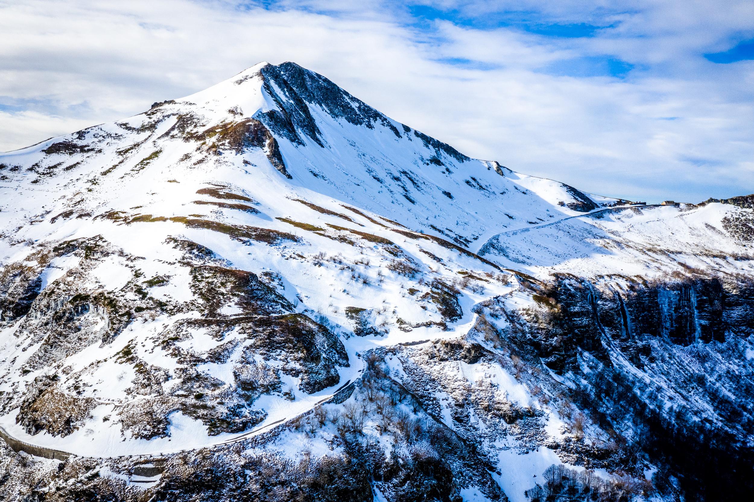 Route d'accès au Pas de Peyrol et Puy Mary sous la neige