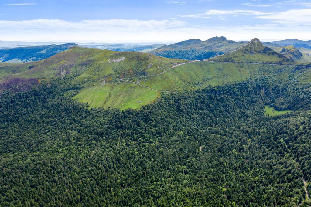Vue aérienne sur le Bois Abbatial dans le cirque du Falgoux et le Puy Mary