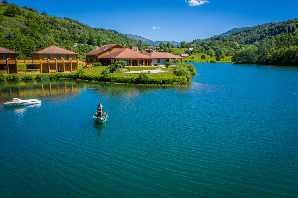 Pêche sur le lac des graves à Lascelle avec en fond le Puy Mary
